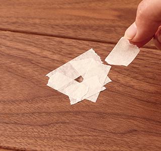 傷の周囲を養生テープでカバーする。