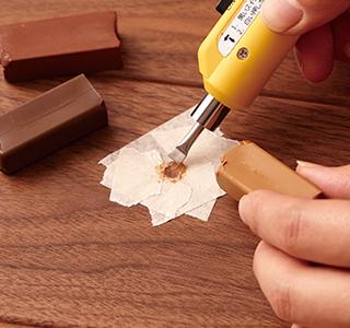 補修用パテを温めて傷部分に埋める。
