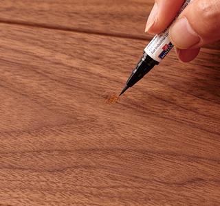 ブラッシュペンで木目柄を描く。