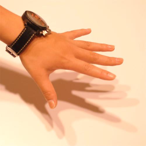 ダウンライトと手の影