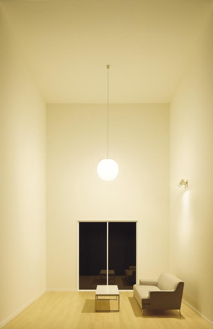 壁・天井全体に光が当たっている空間