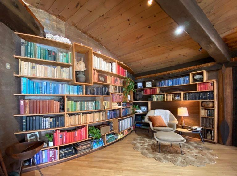 本を色別に並べたLA住宅のディスプレイ。本は知性を表現する小物、とされています。(画像提供 菜インテリアスタイリング)